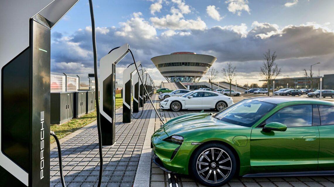 Porsche desarrolla baterías propias y estaciones de carga
